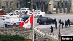 Qurollangan Maykl Bibo chorshanba kuni Kanada urush faxriylari yodgorligida bir askarni o'ldirgan. Keyin parlament binosiga bostirib kirib, u yerda yuz bergan otishmada xavfsizlik xizmati tomonidan otib o'ldirilgan.
