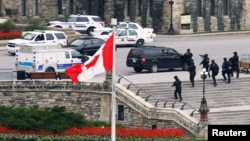 Pasukan bersenjata Kanada mendekati Gedung parlemen menyusul penembakan di Ottawa (22/10). PM Kanada, Stephen Harper terpaksa membatalkan acara untuk Malala Yousafzai pada hari iru.
