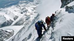 Leo núi Everest