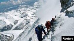 Dalam foto tertanggal 17/5/2006 ini Takako Arayama, 70, tercatat sebagai orang tertua yang mencapai puncak Gunung Everest. Musibah Gunung Everest pada 18/4/2014 merenggut setidaknya 12 nyawa.
