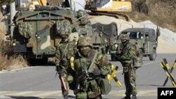 Binh sĩ Thủy quân Lục chiến Nam Triều Tiên canh gác trên đảo Yeonpyeong, ngày 29/11/2010