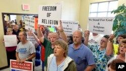 Người ủng hộ bà Kim Davis tiến vào tòa án ở thành phố Morehead, bang Kentucky, ngày 1 tháng 9, 2015.