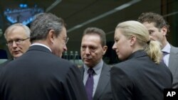 Evropski komesar za ekonomiju Oli Ren, predsednik Evropske centralne banke Mario Dragi, grčki ministar finansija Janis Stournaras, i finska ministarka finansija Juta Urpilainen.