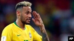 Le brésilien Neymar fait un geste après la victoire du Brésil à l'issue du match du groupe E contre la Serbie, à la Coupe du monde 2018, stade Spartak, Moscou, Russie, 27 juin 2018.