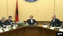 Politika në Tiranë shkëmben sinjale lëshimi