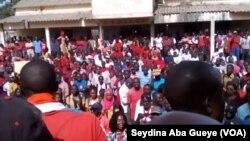 La marche nationale des enseignants à Ziguinchor au Sénégal, le 12 avril 2018. (VOA/Seydina Aba Gueye)