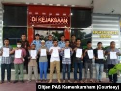 Sepuluh narapidana di Lapas Sintang, Kalimantan Barat yang akan menjalani asimilasi di rumah pada Kamis, 2 April 2020. (Foto: Ditjen PAS Kemenkumham)