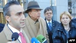 В первом ряду слева направо: адвокаты Альберт Даян и Кеннет Каплан, супруга Виктора Бута, Алла Бут. 3 марта 2011 года