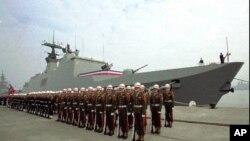 台灣海軍儀仗兵列隊站在抵達高雄港的拉法葉軍艦前。(1997年12月)