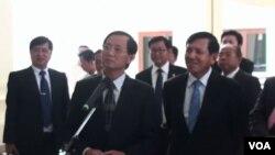 Wakil dari partai yang berkuasa di Kamboja, CPP dan partai oposisi CNRP dalam pembicaraan di Phnom Penh hari Selasa (5/11).