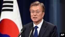 Presiden Korea Selatan yang baru terpilih, Moon Jae-in memberikan konferensi pers di Seoul hari Rabu (10/5).