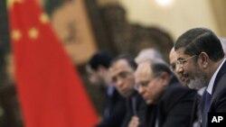 Tổng thống Ai Cập Mohammed Morsi nói chuyện với Chủ tịch Trung Quốc Hồ Cẩm Đào trong cuộc gặp gỡ tại Sảnh đường Nhân dân ở Bắc Kinh, ngày 28/8/2012