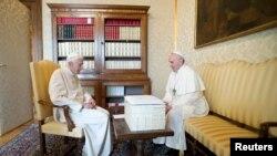 Ambos Papas, uno en funciones y el otro no, los dos vestidos de blanco compartieron juntos casi tres horas.