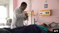 بھوٹان کے دارلحکومت کے اسپتال میں ڈاکٹر ایک مریض کا معائنہ کر رہا ہے۔ فائل فوٹو