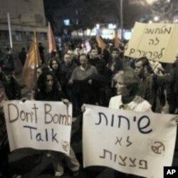 Isroilda Eron inshootlarining yakson qilinishiga qarshi bo'lganlar ko'p. Suratda bir guruh isroilliklarning urushga qarshi namoyishga chiqqani aks etgan. Tel Aviv, 24-mart, 2012-yil.