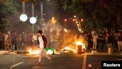Người biểu tình đốt các thùng rác để phản đối dự án xây nhà máy hóa chất trên đường phố ở Mậu Danh, tỉnh Quảng Đông, Trung Quốc, ngày 1/4/2014.