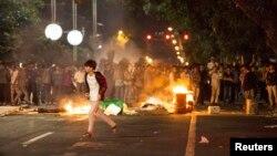 Para demonstran China yang marah di kota Maoming, provinsi Guangdong Selasa (1/4) dini hari.