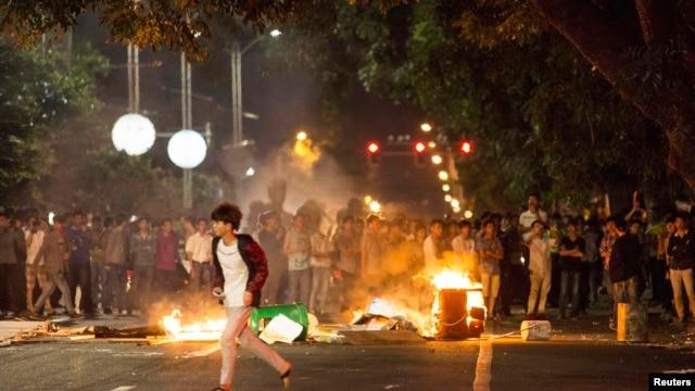 Người biểu tình đốt thùng rác để phản đối một dự án nhà máy hóa chất, trên đường phố ở Mậu Danh, tỉnh Quảng Đông, Trung Quốc, ngày 01 tháng 4 năm 2014.