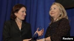 Ngoại trưởng Clinton trao cho chị gái Anne Stevens của cố đại sứ Hoa Kỳ Chris Stevens giải thưởng Common Ground nhằm vinh danh ông Stevens tại Viện Khoa học Carnegie, Washington, 8/11/2012. (REUTERS/Yuri Gripas)