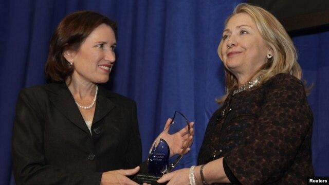 La secretaria de Estado Hillary Clinton entrega el premio Common Ground en honor al malogrado embajador Chris Stevens a su hermana, Anne Stevens, en el Instituto Carnegie para la Ciencia, en Washington, el 8 de noviembre de 2012.