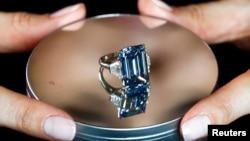 Berlian Oppenheimer Blue, mengambil nama pemiliknya mantan pemiliknya, pengusaha tambang berlian, Philip Oppenheimer, saat dipamerkan di Jenewa (12/5).