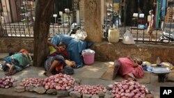 炎炎夏日印度小贩在树下休息