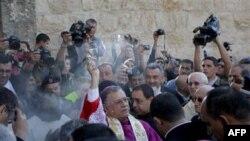 Giám mục Fouad Twal làm lễ ban phước lành trước khi vào nhà thờ Giáng Sinh, nơi Chúa Giê-su ra đời, 24/12/2010