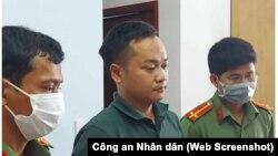 Công an khám xét nhà khi bắt giữ nhà báo Đoàn Kiên Giang, một trong ba thành viên của nhóm Báo sạch bị khởi tố và bắt giam hôm 20/4. (Ảnh chụp màn hình báo Công an Nhân dân)