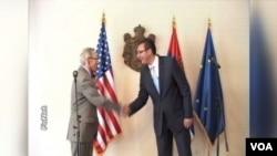 Američki ambasador u Srbiji Majkl Kirbi i premijer Srbije Aleksandar Vučić uoči zajedničke konferemncije za novinare na kojoj su najavili obnavljanje direktnih letova za SAD, 27. jun 2014.