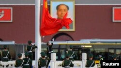 중국 베이징 톈안먼 광장에서 의장대가 중국 국기인 오성홍기를 게양하고 있다. (자료사진)