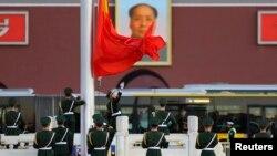 지난 달 중국 베이징 톈안먼 광장에서 의장대가 중국 국기인 오성홍기를 게양하고 있다. (자료사진)