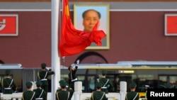 지난달 중국 베이징 톈안먼 광장에서 의장대가 중국 국기인 오성홍기를 게양하고 있다. (자료사진)