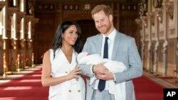Meghan, Duchess of Sussex dan suaminya, Pangeran Harry berpose bersama anak pertama mereka, Archie Harrison Mountbatten-Windsor di Windsor, Inggris (8/5).