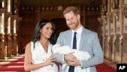 Pangeran Harry dan istrinya, Meghan, saat berfoto dengan putra mereka yang baru lahir di Kastil Windsor, 8 Mei 2019. (Foto: AP)