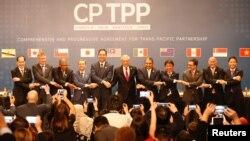 칠레 산티아고에서 8일 일본을 비롯한 캐나다, 칠레, 호주, 브루나이, 말레이시아, 멕시코, 뉴질랜드, 페루, 싱가포르, 베트남 11개국이 포괄적·점진적 환태평양경제동반자협정(CPTPP)에 공식 서명한 후 기념사진을 찍고 있다.