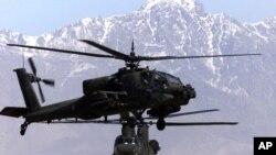 黑鹰直升机(前)与CH47支努干(Chinook)直升机