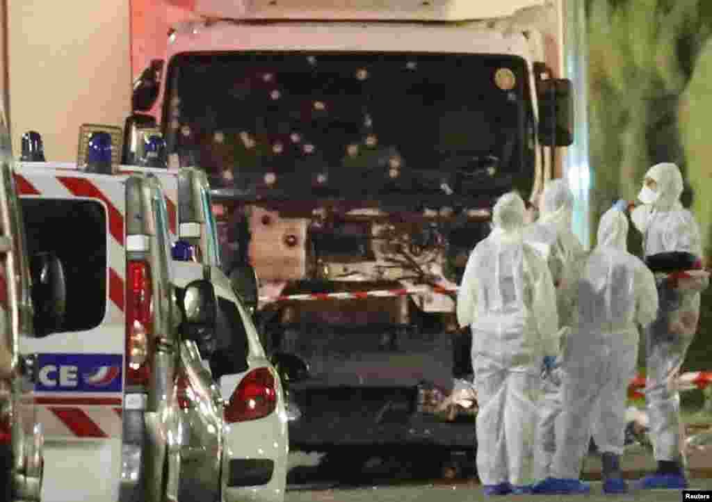 Des officiers de la police scientifique française enquêtent sur le camion à l'origine de l'attaque de Nice, le 14 juillet 2016.