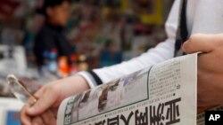 Một người dân Trung Quốc đọc tờ Hoàn cầu Thời báo