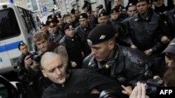 Полиция задерживает Сергея Удальцова за участие в несанкционированной акции в Москве. Сентябрь 2011г.