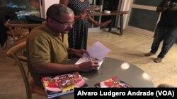 Sérgio Piçarra dá autógrafos