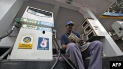 Một công nhân tại một trạm xăng ở thành phố Mumbai của Ấn Ðộ đang đếm tiền bán xăng