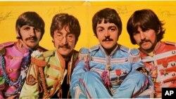 """Sampul album The Beatles, """"Sgt. Pepper's Lonely Hearts Club Band"""", yang telah ditandatangani."""