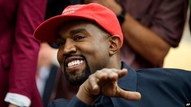 """El rapero llegó a la Casa Blanca usando su gorro de béisbol con las iniciales de """"Make America Great Again"""" (""""Devolvamos la grandeza a Estados Unidos"""") y agregó que le da poder."""
