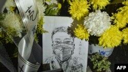 资料照:中国湖北省武汉市中心医院李文亮医生的遗像和供奉的鲜花