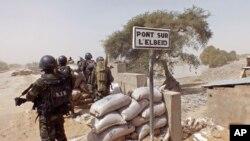 Binh lính Cameroon đứng gác tại một tháp canh khi tham gia hoạt động chống các phần tử Hồi giáo cực đoan Boko Haram.