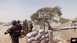 Des soldats camerounais combattant Boko Haram, à la frontière avec le Nigeria, le 25 février 2015. (AP Photo/Edwin Kindzeka Moki)