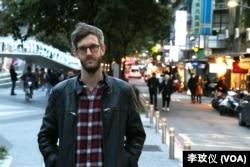 曾遭中國拒發簽證的瑞典記者悠野(Jojje Olsson)自2016年開始從台灣報導中國。(美國之音記者李玟儀攝