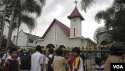 Anak-anak berkumpul di depan salah satu gereja yang diserang di Temanggung, Jawa Tengah, Selasa (2/8).