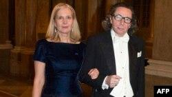 Thành viên Hàn lâm Viện Thụy Điển Katarina Frostenson cùng chồng Jean-Claude Arnault đến dự dạ tiệc Nobel tại Hoàng Cung ở Stockholm, ngày 11/12/2011.