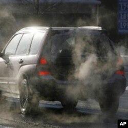 ຄວັນຄາບອນ ໄດອອ໊ກໄຊດ໌ (carbon dioxide) ທີ່ປ່ອຍອອກມາຈາກລົດ ແລະໂຮງຈັກໂຮງງານ ທີ່ມີສ່ວນສ້າງສະພາບເຮືອນແກ້ວ ແລະສະພາວະ ໂລກຮ້ອນ.(AP Photo/Toby Talbot)